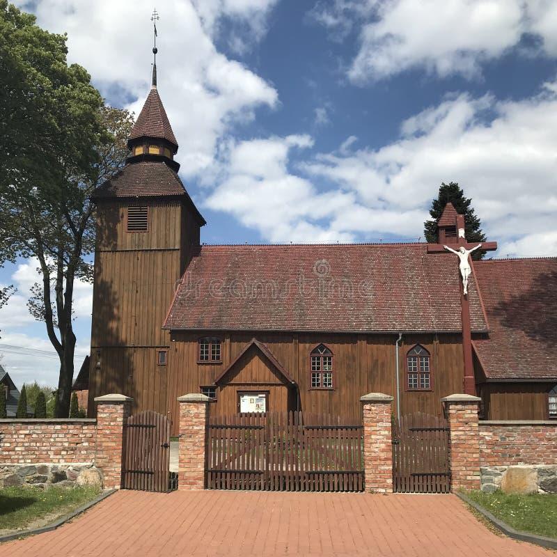 Iglesia del pueblo en Polonia, Brzezno Szlacheckie imagenes de archivo