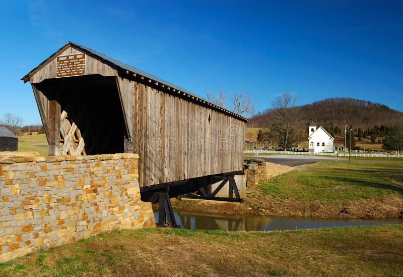 Iglesia del puente cubierto y del país fotos de archivo