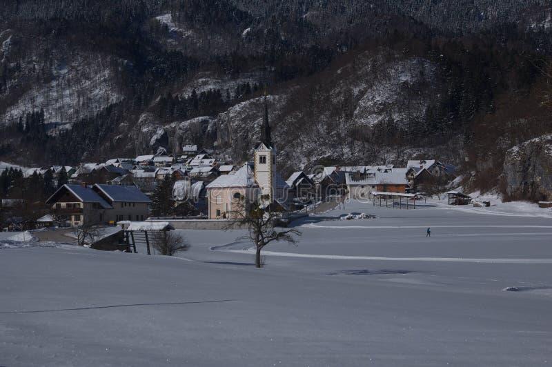Iglesia del ` s de St Margaret en Bohinjska Bela - imagen del invierno foto de archivo