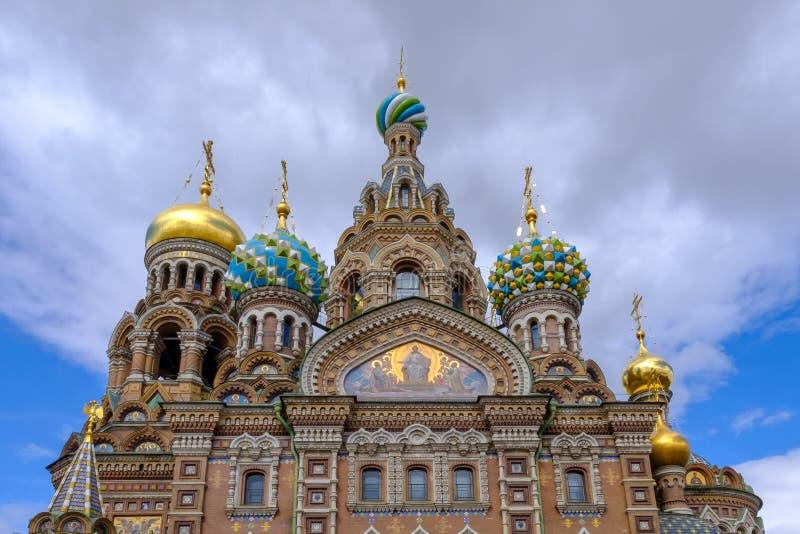 Iglesia del salvador en la catedral derramada de la sangre de la resurrección de Cristo en St Petersburg, Rusia En fondo del ciel imagen de archivo libre de regalías