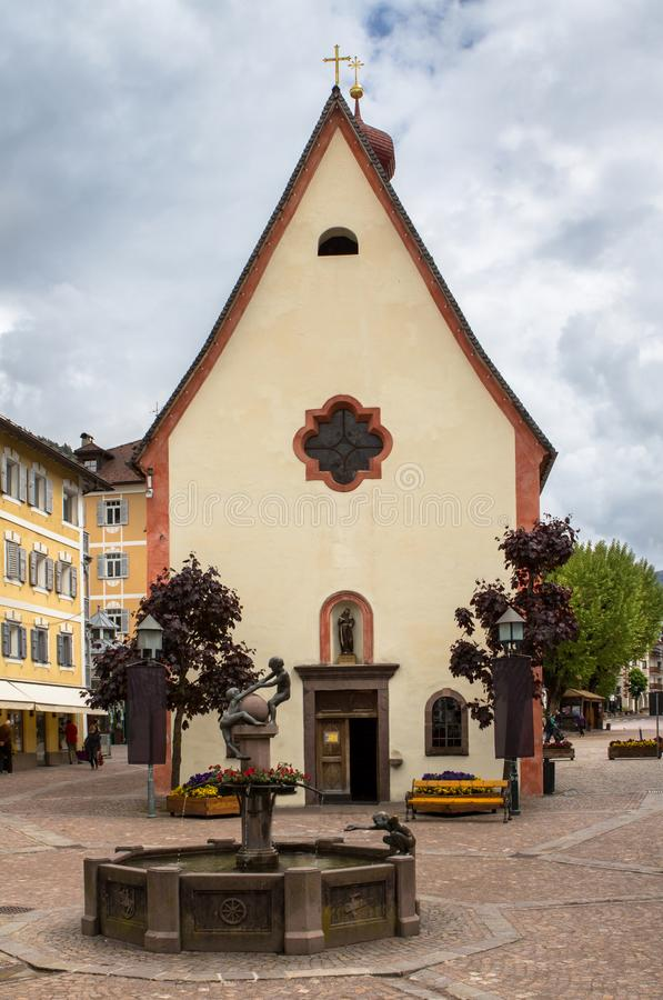 Iglesia del santo Antonius en Ortisei, Trentino, Italia imagenes de archivo