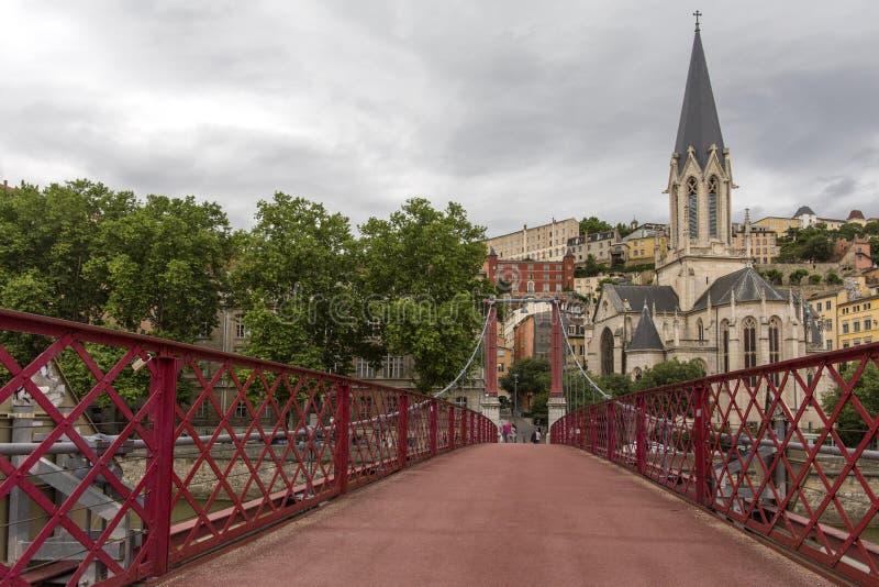 Iglesia del santo Jorte y de la pasarela, Lyon, Francia Vista panorámica de la iglesia de Jorte del santo y de la pasarela peaton imagenes de archivo
