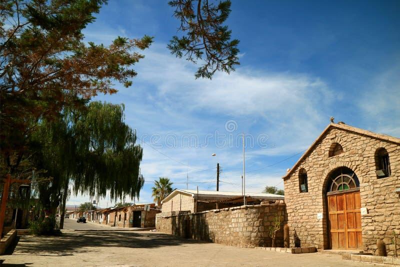 Iglesia del santo Lucas y la ciudad de Toconao, cerca de San Pedro de Atacama, Chile imagen de archivo