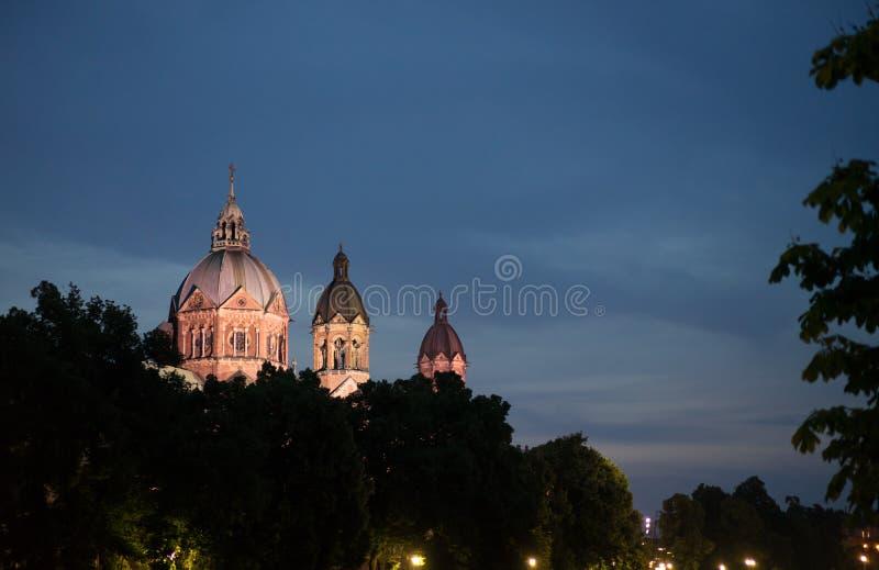 Iglesia del St lukas en la noche imagen de archivo