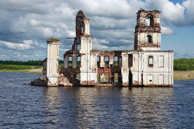 Iglesia destruida vieja en el río de Sheksna El pueblo de Krokhino, fue inundado en 1961 con el relleno del depósito de Sheksna fotos de archivo