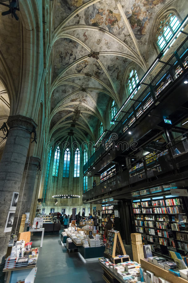 Iglesia dominicana y librería moderna imágenes de archivo libres de regalías