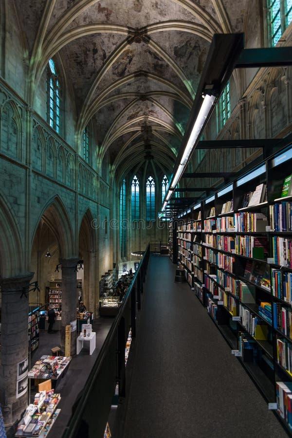 Iglesia dominicana y librería moderna foto de archivo