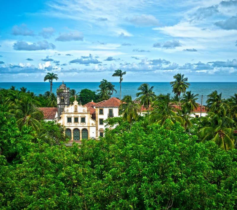 Iglesia en aldea tropical fotos de archivo