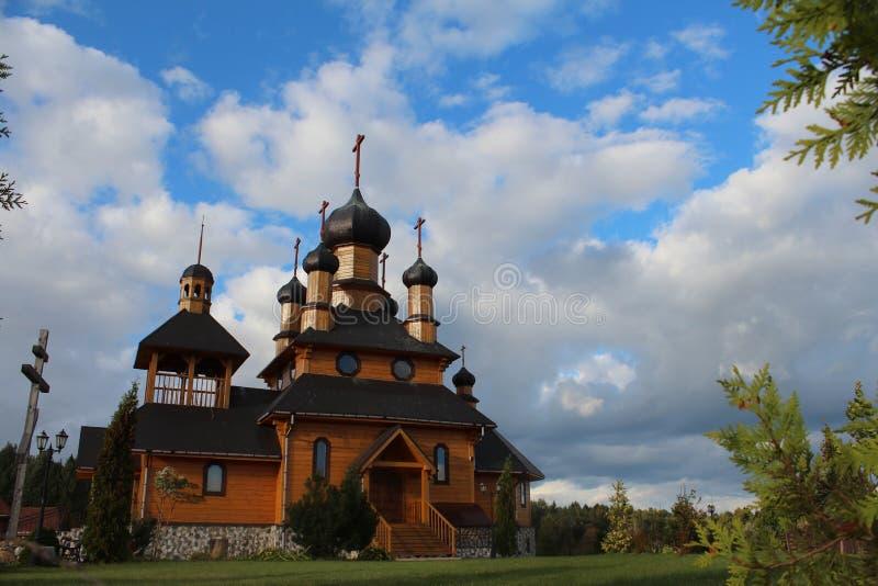 Iglesia en alguna parte en pueblo bielorruso imagen de archivo