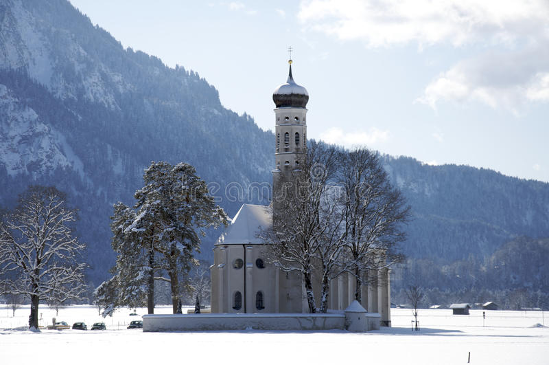 Iglesia en Baviera rural, Alemania meridional, invierno. foto de archivo