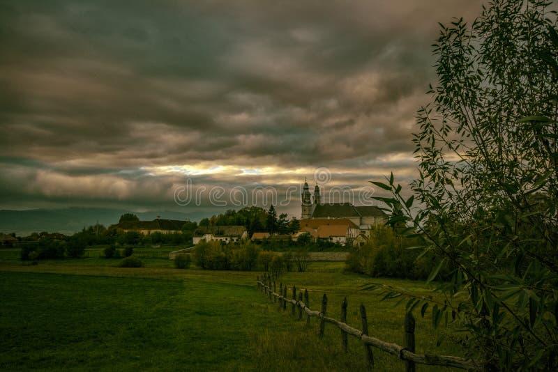 Iglesia en crepúsculo fotografía de archivo libre de regalías