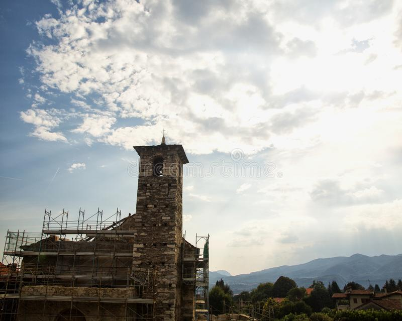 Iglesia en el edificio debajo del cielo nublado imagenes de archivo