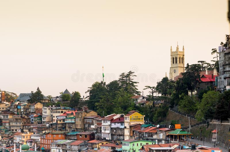 Iglesia en el horizonte con otros edificios en Shimla la India fotografía de archivo libre de regalías