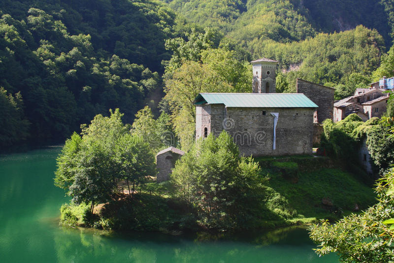 Iglesia en el isola santa, garfagnana, Italia imagen de archivo