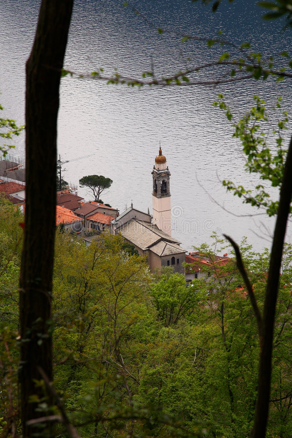 Iglesia en el lago fotos de archivo