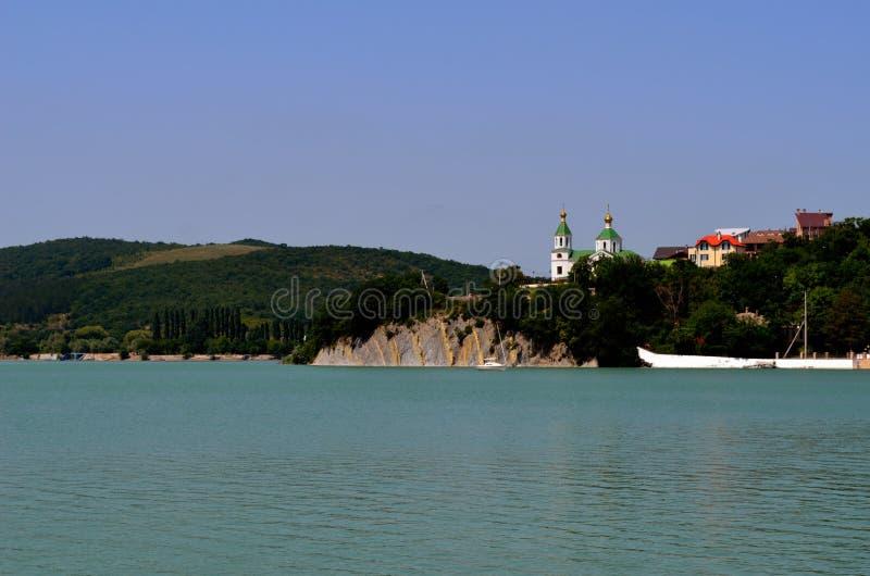 Iglesia en el lago imagen de archivo
