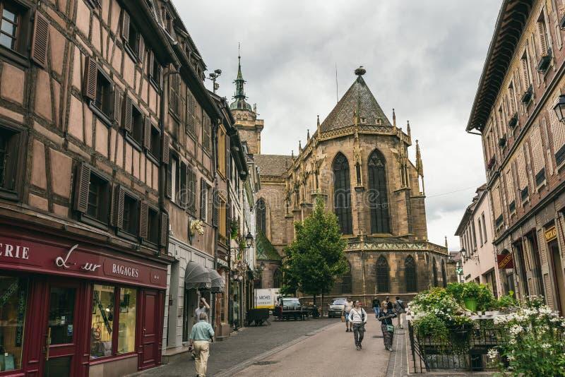 Iglesia en el pueblo de Colmar imagenes de archivo