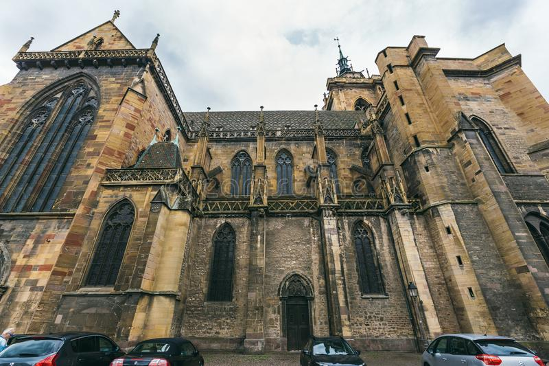 Iglesia en el pueblo de Colmar fotos de archivo