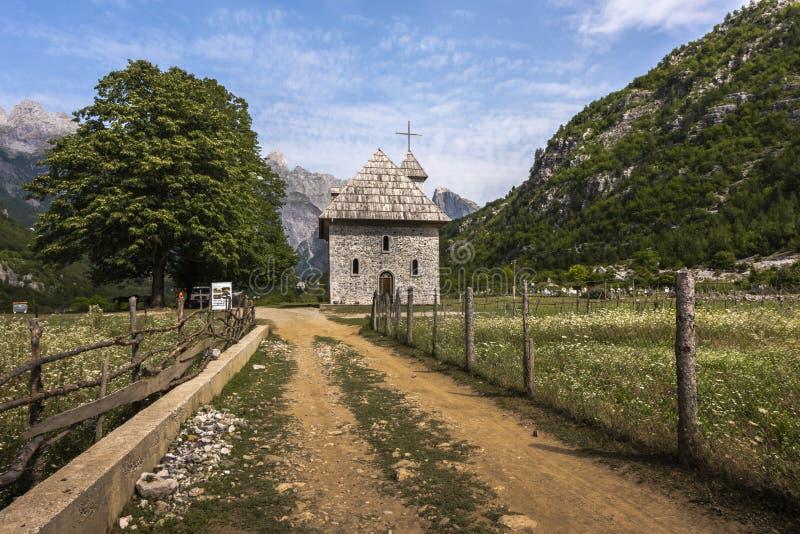 Iglesia en el pueblo de montaña de Theth, Albania foto de archivo libre de regalías