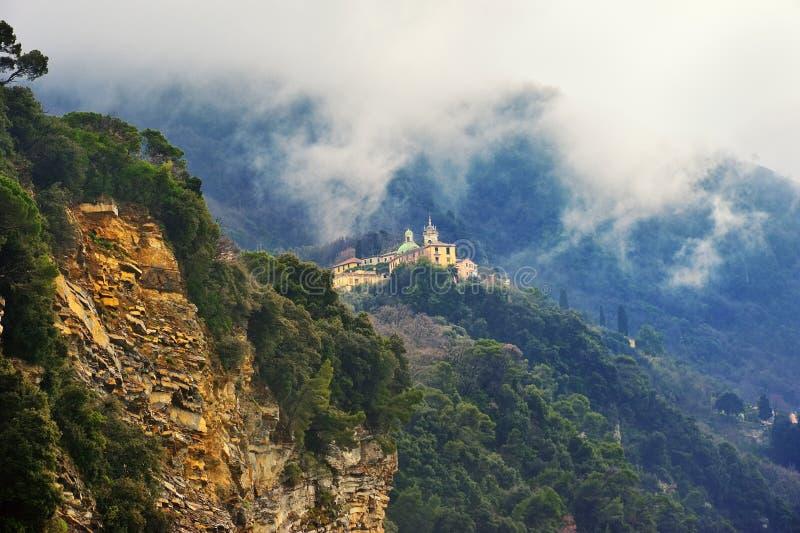 Iglesia en el rocco de San de la roca en Camogli foto de archivo