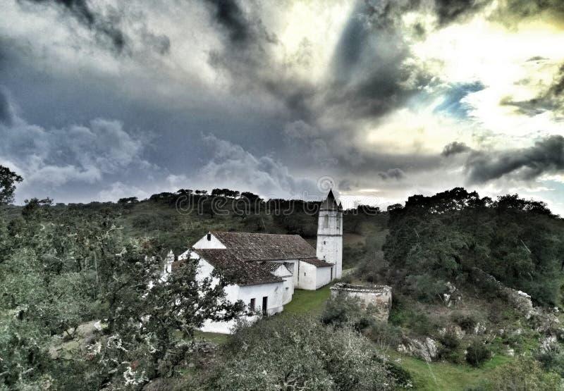 Iglesia en el skyporn de madera del bosque del corcho imagen de archivo libre de regalías