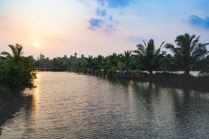 Iglesia en horizonte, camino de la playa de Mararikulam a Kochin imagen de archivo libre de regalías