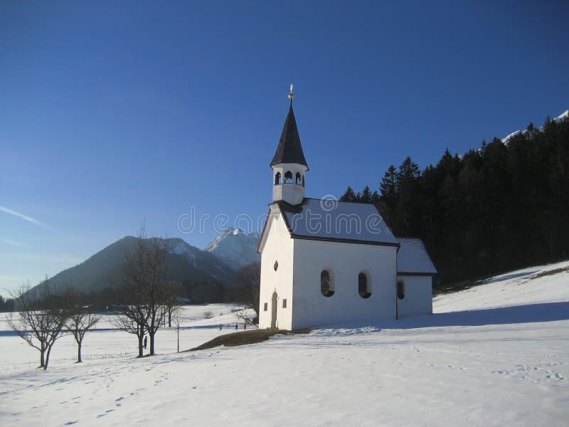 Iglesia en la ladera nevosa fotografía de archivo