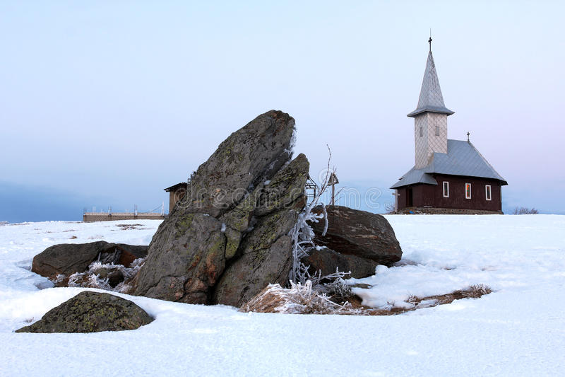 Iglesia en la montaña de Semenic, Rumania imagen de archivo