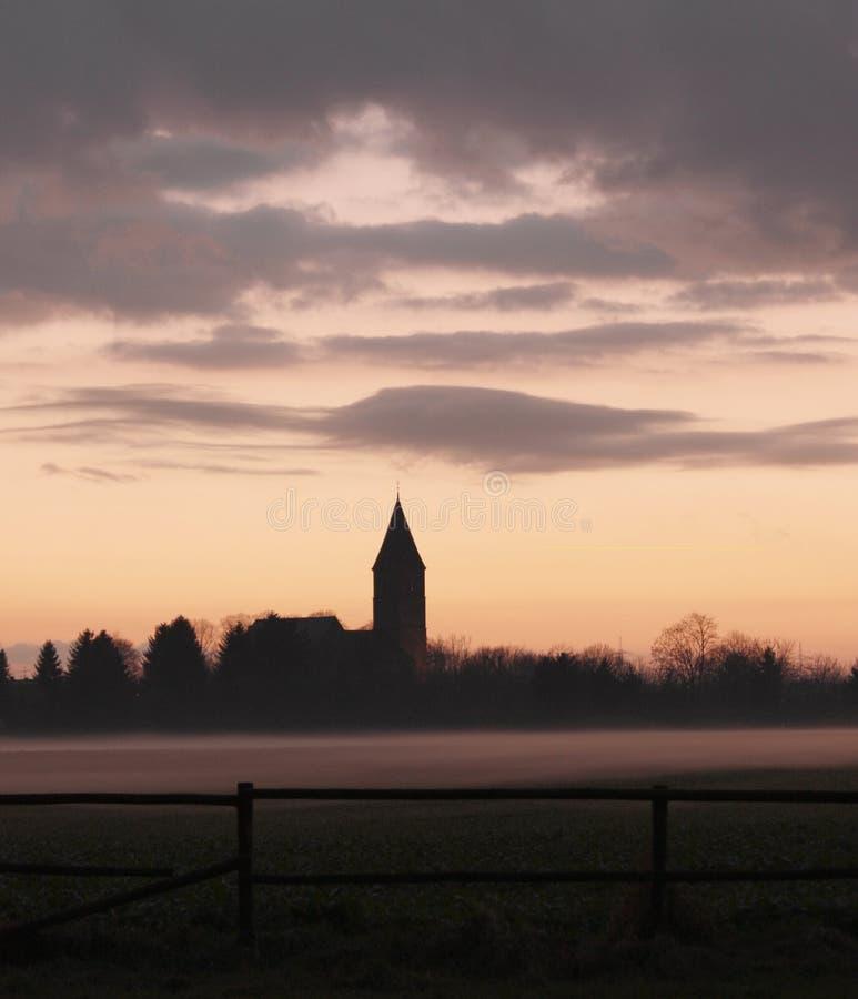 Iglesia en la niebla imagen de archivo libre de regalías