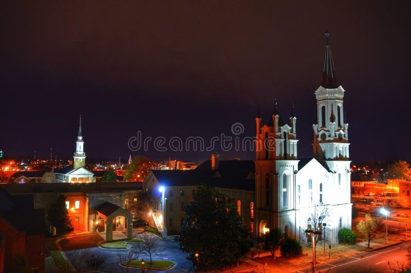 Iglesia en la noche imagenes de archivo