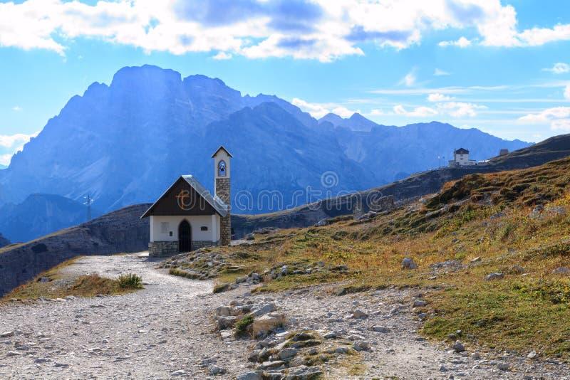 Iglesia en las montañas de la dolomía, Tre Cime di Lavaredo foto de archivo libre de regalías