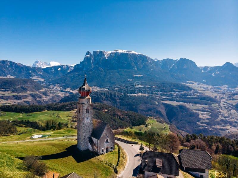 Iglesia en las montañas Italia de Renon Ritten Bolzano Silueta del hombre de negocios Cowering imagenes de archivo