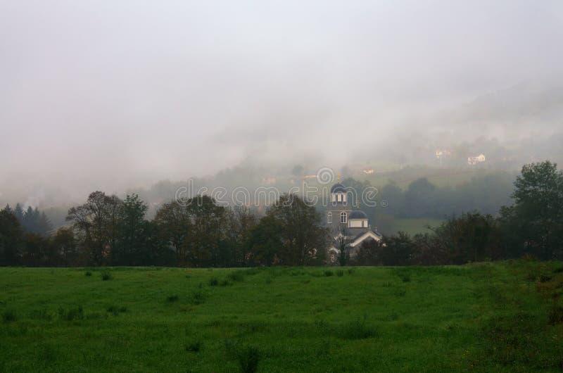 Iglesia en niebla cerca de Bajina Basta, Serbia fotografía de archivo