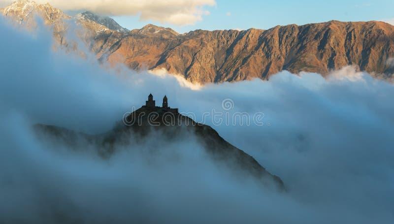 Iglesia en nubes imagen de archivo