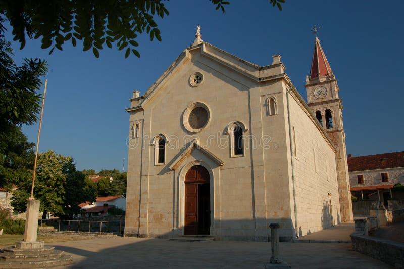 Iglesia en Postira en la isla de Brac foto de archivo