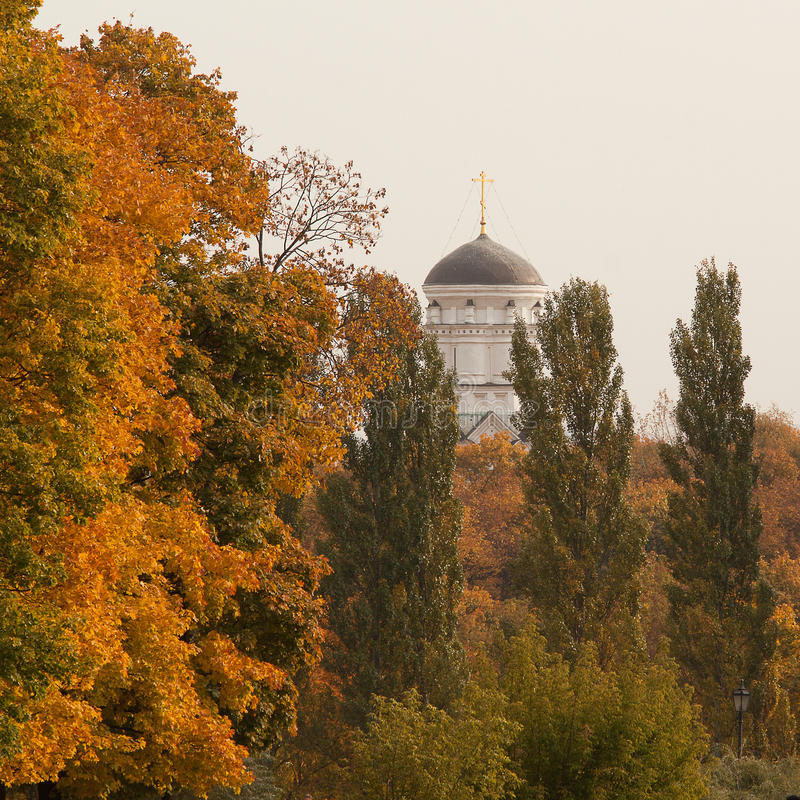 Iglesia en señorío antiguo del otoño fotos de archivo libres de regalías