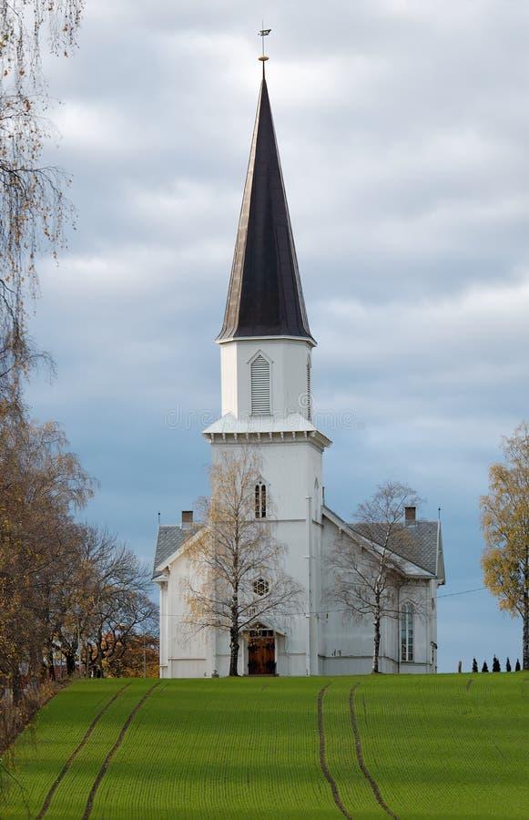 Iglesia en un campo imagen de archivo