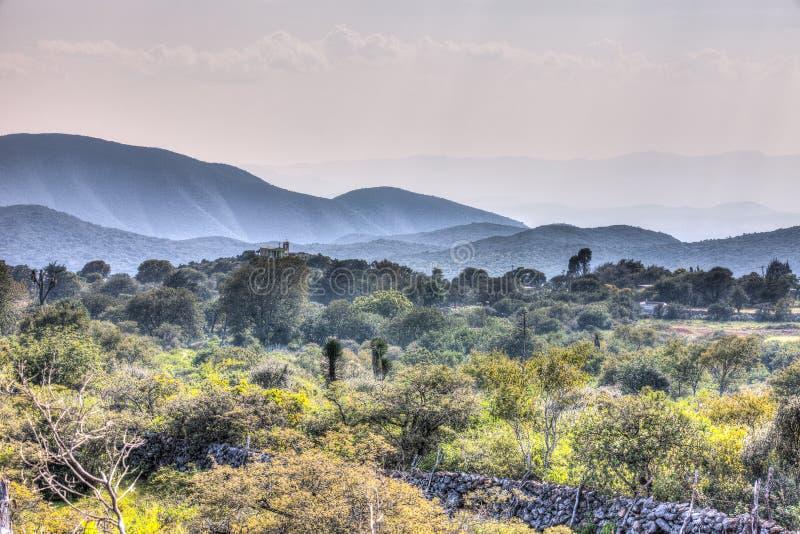 Iglesia en una colina rodeada por las laderas de Guadalcazar, México imagen de archivo libre de regalías