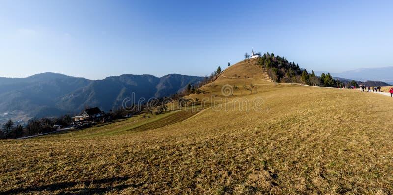 Iglesia en una colina SV Jacobo en el campo de Eslovenia imagen de archivo