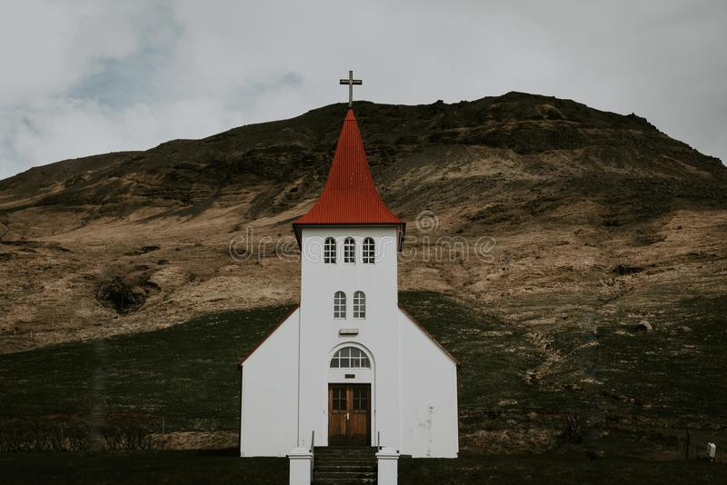 Iglesia en una ladera foto de archivo libre de regalías