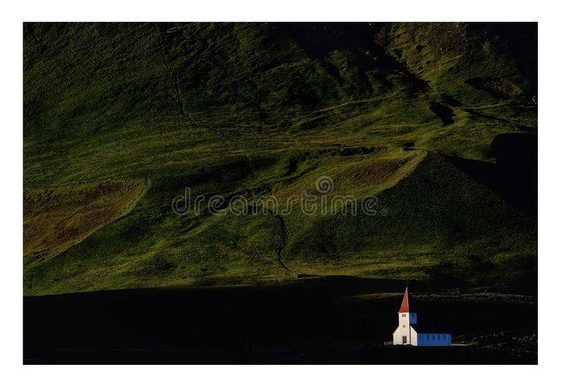 Iglesia en Vik, Islandia fotos de archivo