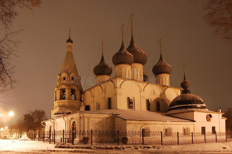 Iglesia en Yaroslavl en la noche foto de archivo