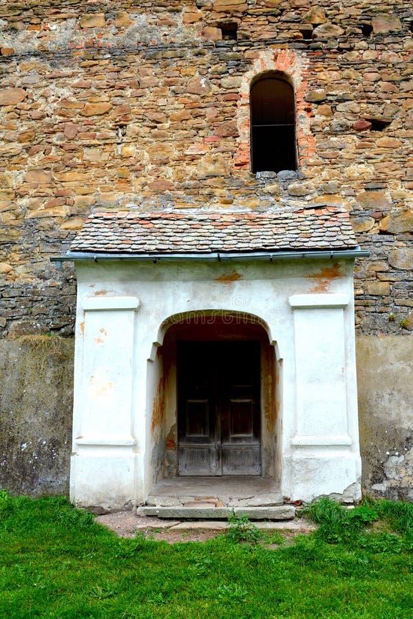 Iglesia evangélica sajona medieval fortificada en el pueblo Barcut, Bekokten, Brekolten, Transilvania, Rumania fotos de archivo