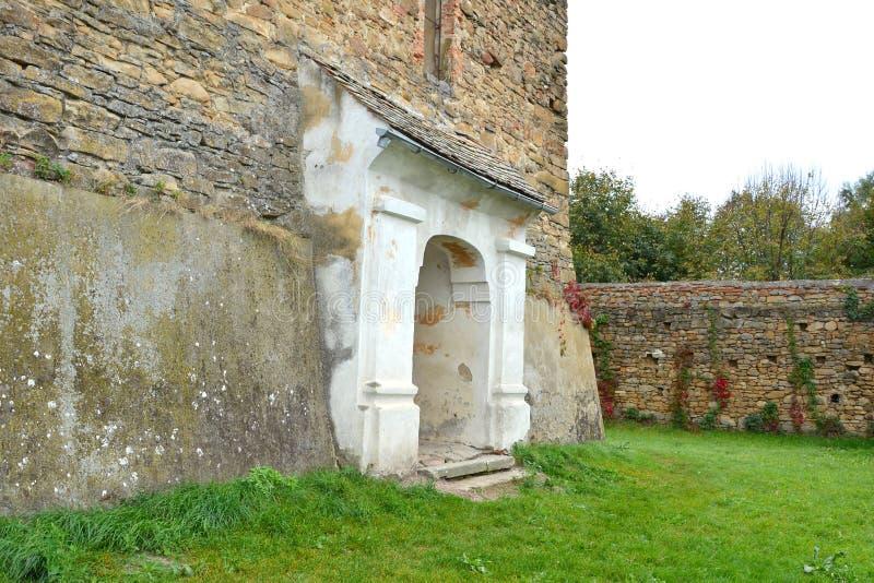 Iglesia evangélica sajona medieval fortificada en el pueblo Barcut, Bekokten, Brekolten, Transilvania, Rumania foto de archivo
