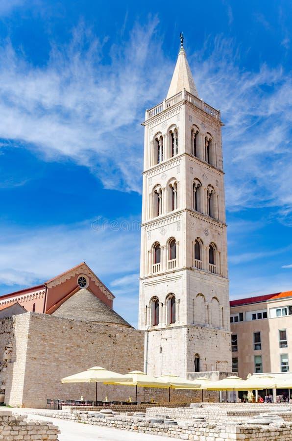 Iglesia, foro y catedral del St Donato del campanario del St Anastasia en Zadar, Croacia foto de archivo libre de regalías