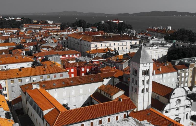 Iglesia, foro y catedral del St Donato del campanario del St Anastasia en Zadar, Croacia fotografía de archivo libre de regalías
