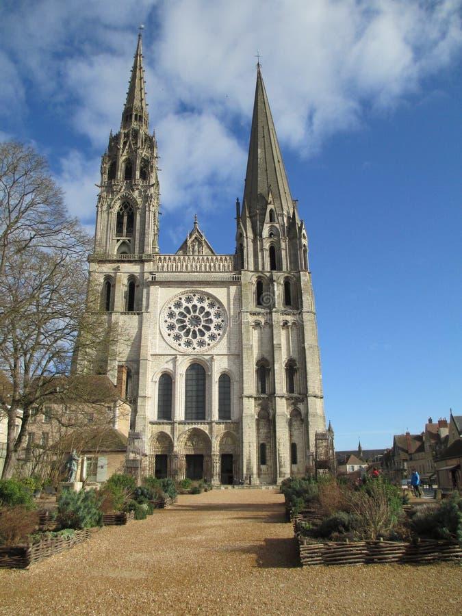 Iglesia francesa medieval de la catedral de Chartres del pueblo de Francia foto de archivo