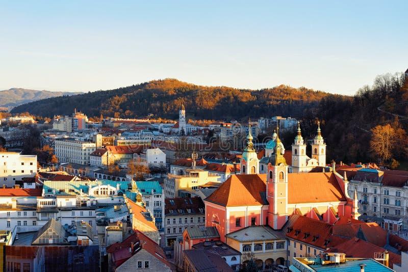 Iglesia franciscana y paisaje urbano de la vieja tarde de las calles de la ciudad de Ljubljana imágenes de archivo libres de regalías