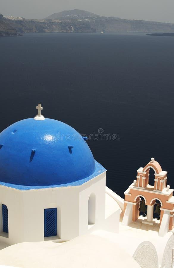 Iglesia griega de la isla sobre el mar imagenes de archivo