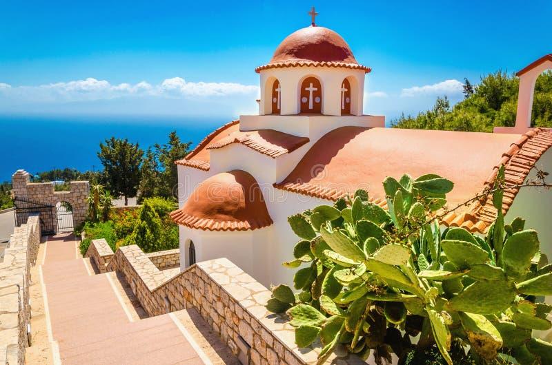 Iglesia griega típica con el tejado rojo, Grecia fotografía de archivo libre de regalías